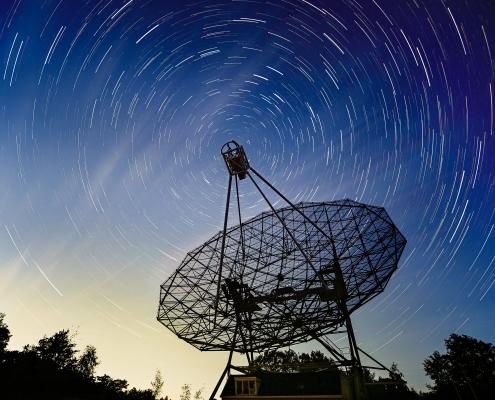 Sterrensporen rond de radiotelescoop
