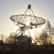 Radiotelescoop met zon